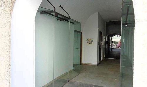 Eingangsbereich mit Schaufenstern