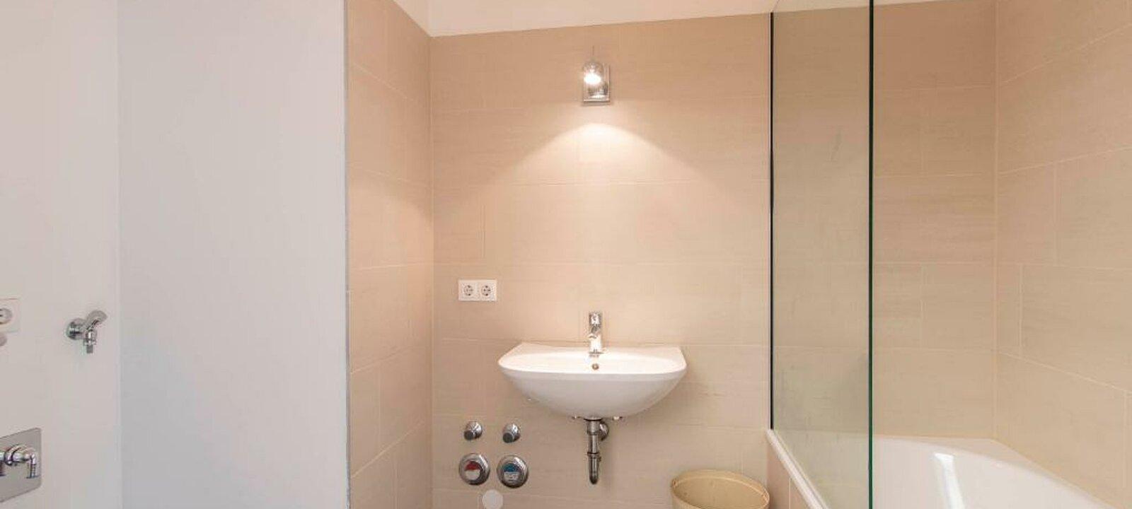 Badezimmer mit Badewanne 5.OG