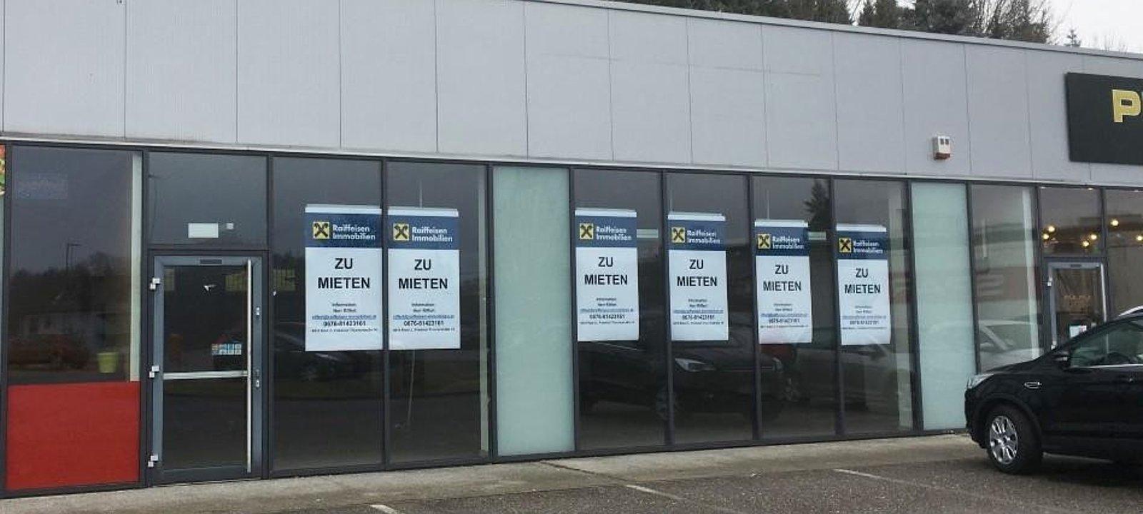 Geschäftsfläche mit Parkplätzen