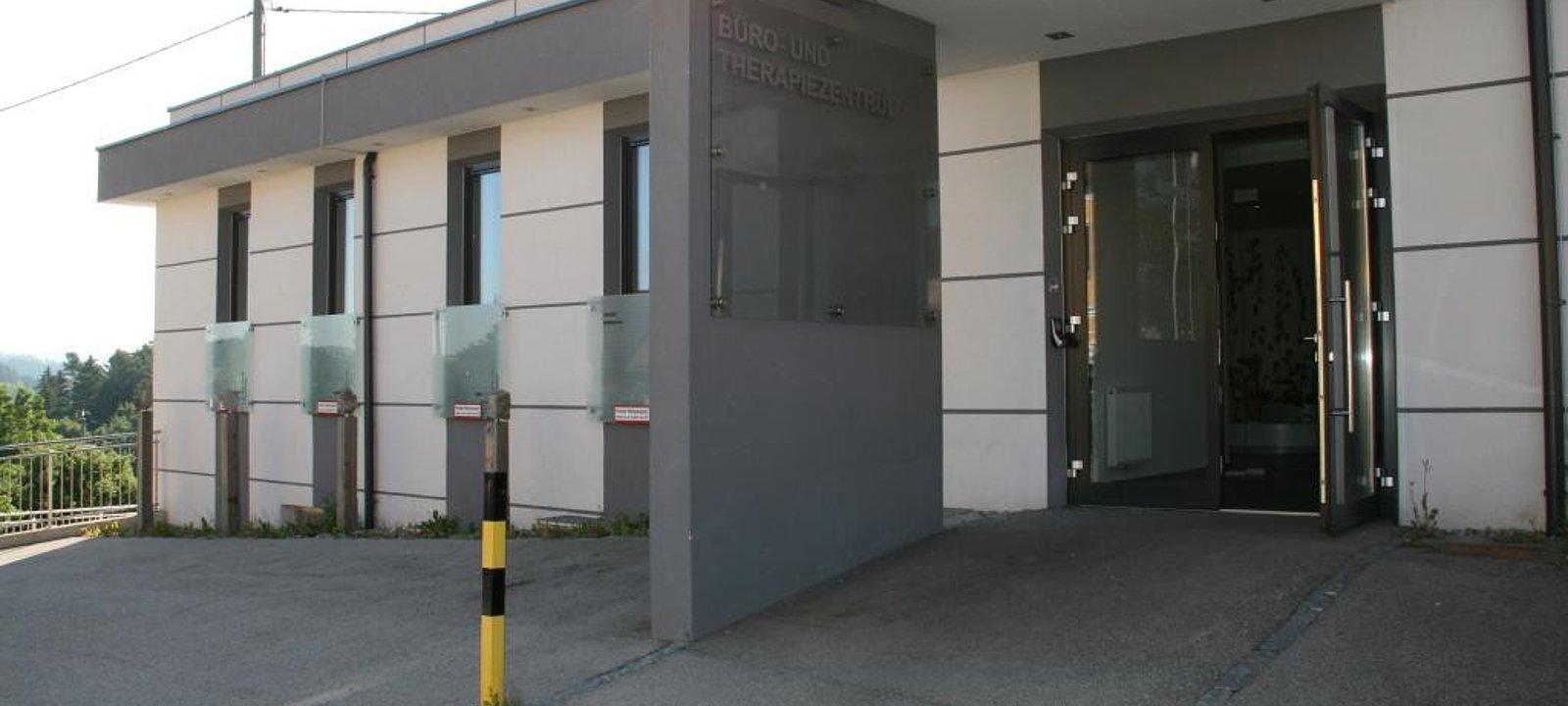 Eingangsbereich mit Parkplätzen