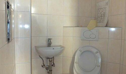 WC mit Handwaschbecken