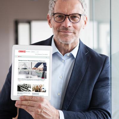 Mann zeigt eine Website auf dem I pAd
